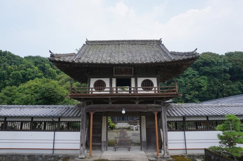 巨木を組み合わせた雄大な楼門