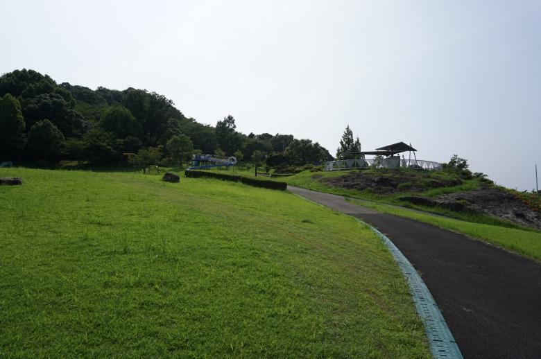 ローラー滑り台やアスレチックがある花見広場
