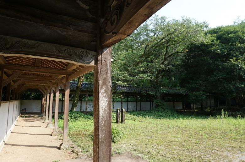 楼門から左右にのびる回廊
