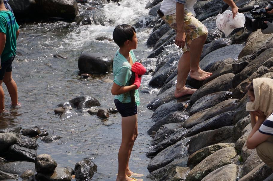 鯉を抱える少年