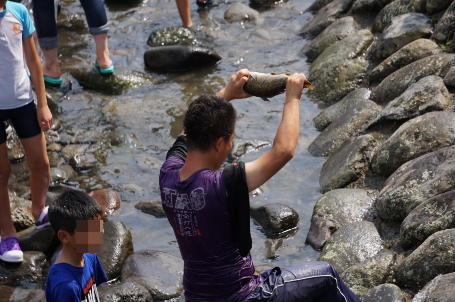 鯉をつかまえた少年