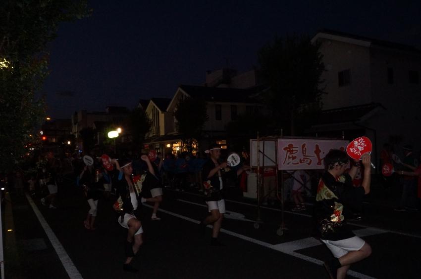 暗い中踊る男性たち