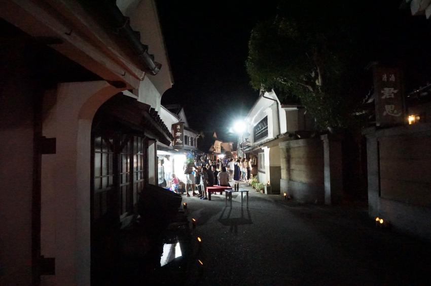 夜の酒蔵通りを照らす竹灯篭
