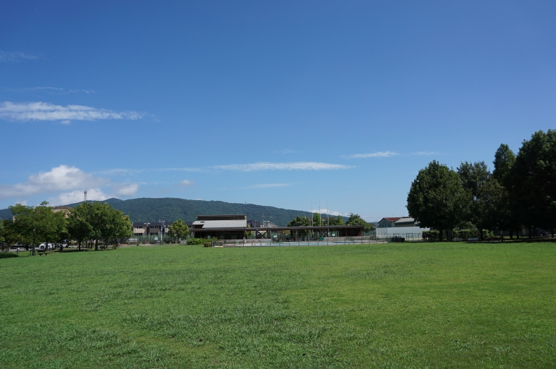 背景の白岩山が美しい芝生広場