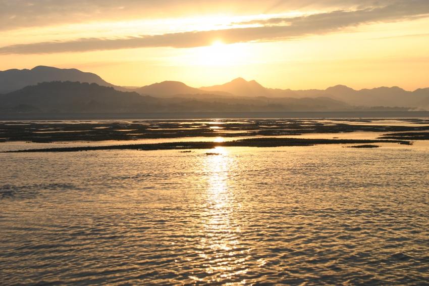 朝日に照らされる満潮時の有明海