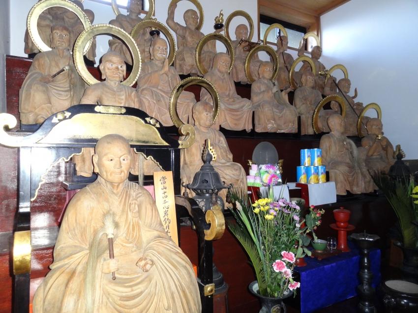 1体の木造頂相像と16体の木造羅漢像