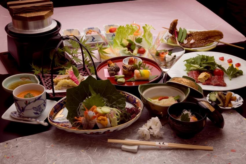 季節を味わえる会席料理を落ち着いた雰囲気の中でゆっくり頂けます。和食中心の創作料理で毎月、料理の内容は変わります。また、要望に応じて内容を変えることも可能です。
