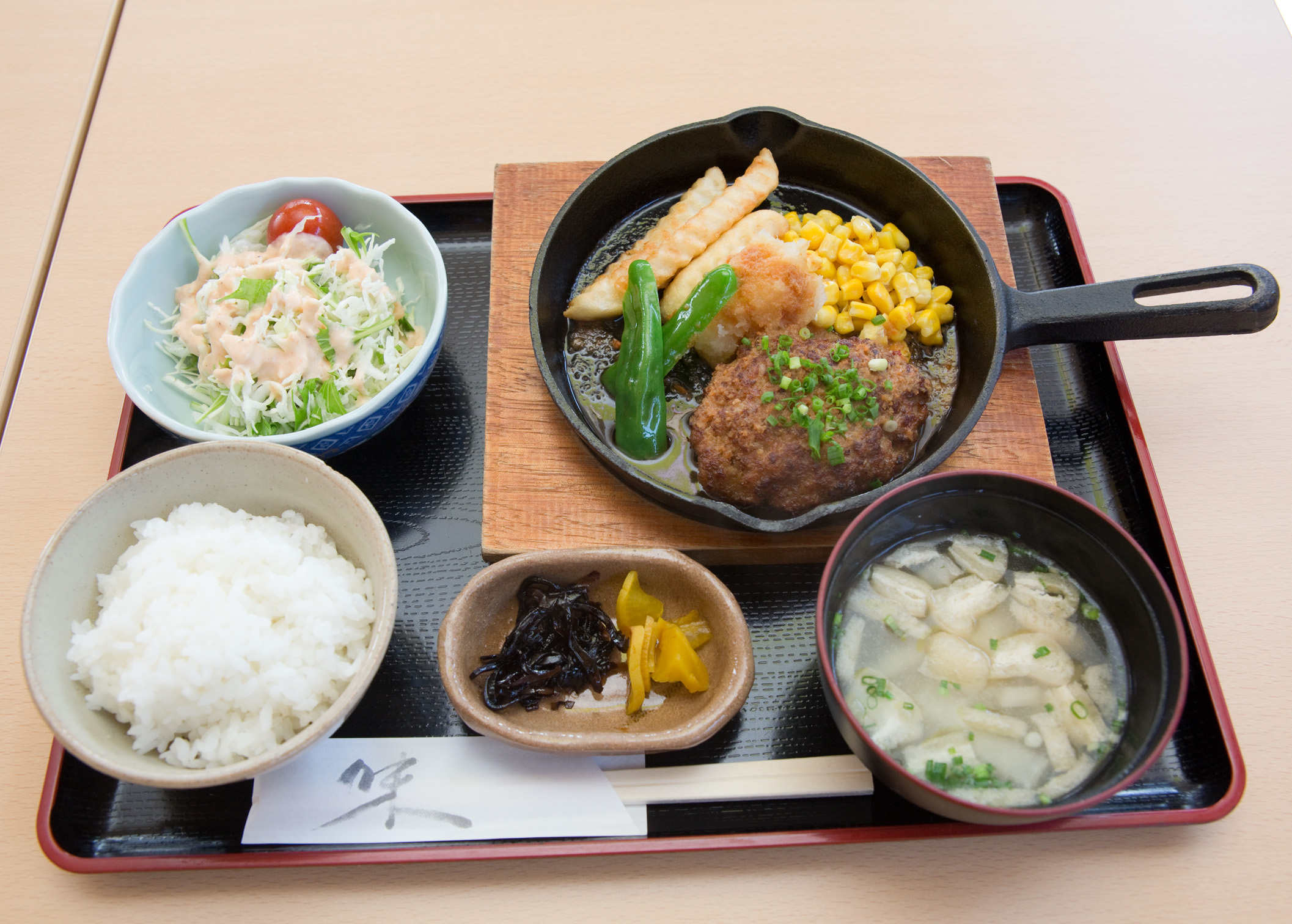毎週変わる金曜日限定のサービス定食。旬の食材を使い普段の日替わり定食よりスペシャルな内容です。