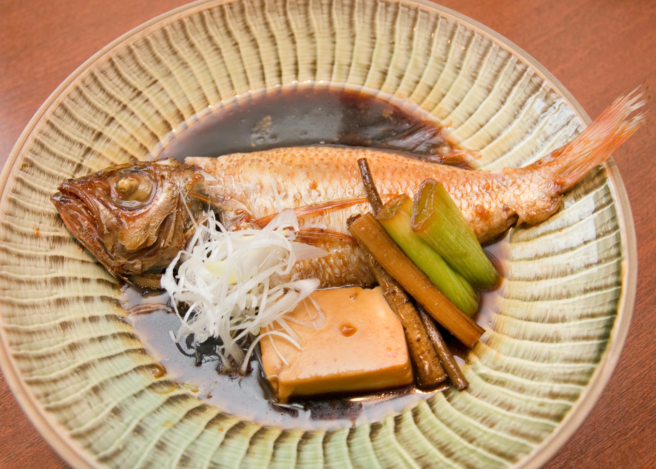 良質な脂がのった赤むつの煮付。高級魚でもリーズナブルに提供しています。塩焼も美味。