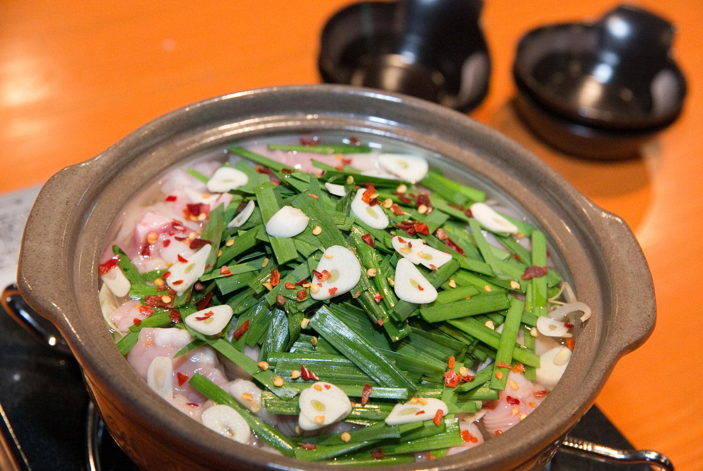 にんにくと醤油ベースのモツ鍋です。ホルモンは国産和牛を使用しています。