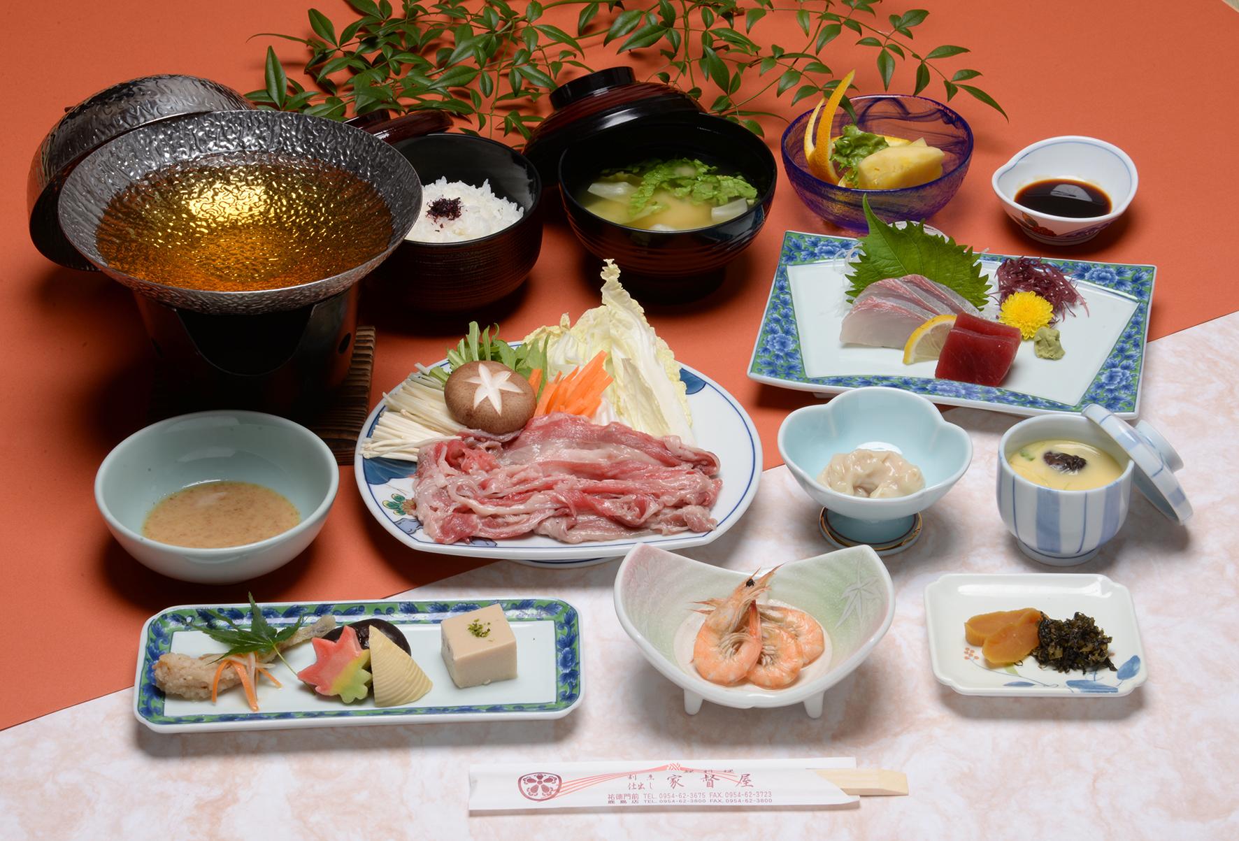 佐賀産和牛のしゃぶしゃぶを、特製の胡麻ダレでお召し上がりください。地元有明海産の食材や、旬の素材を使用していますので、季節により小鉢の内容が変わります。