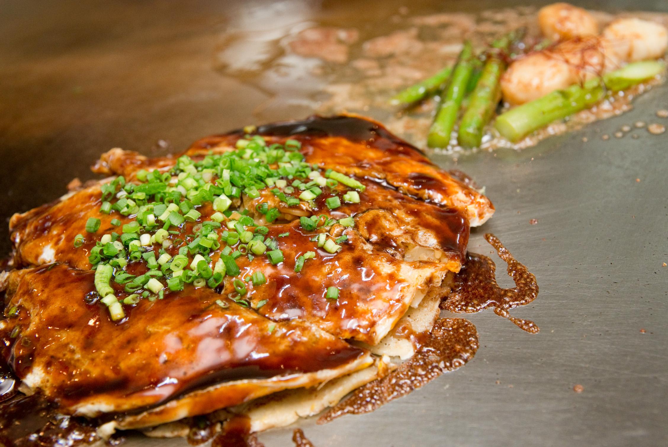 海鮮広島焼きの具材は貝柱、イカ、エビ、豚肉で海の幸の旨みが楽しめます。