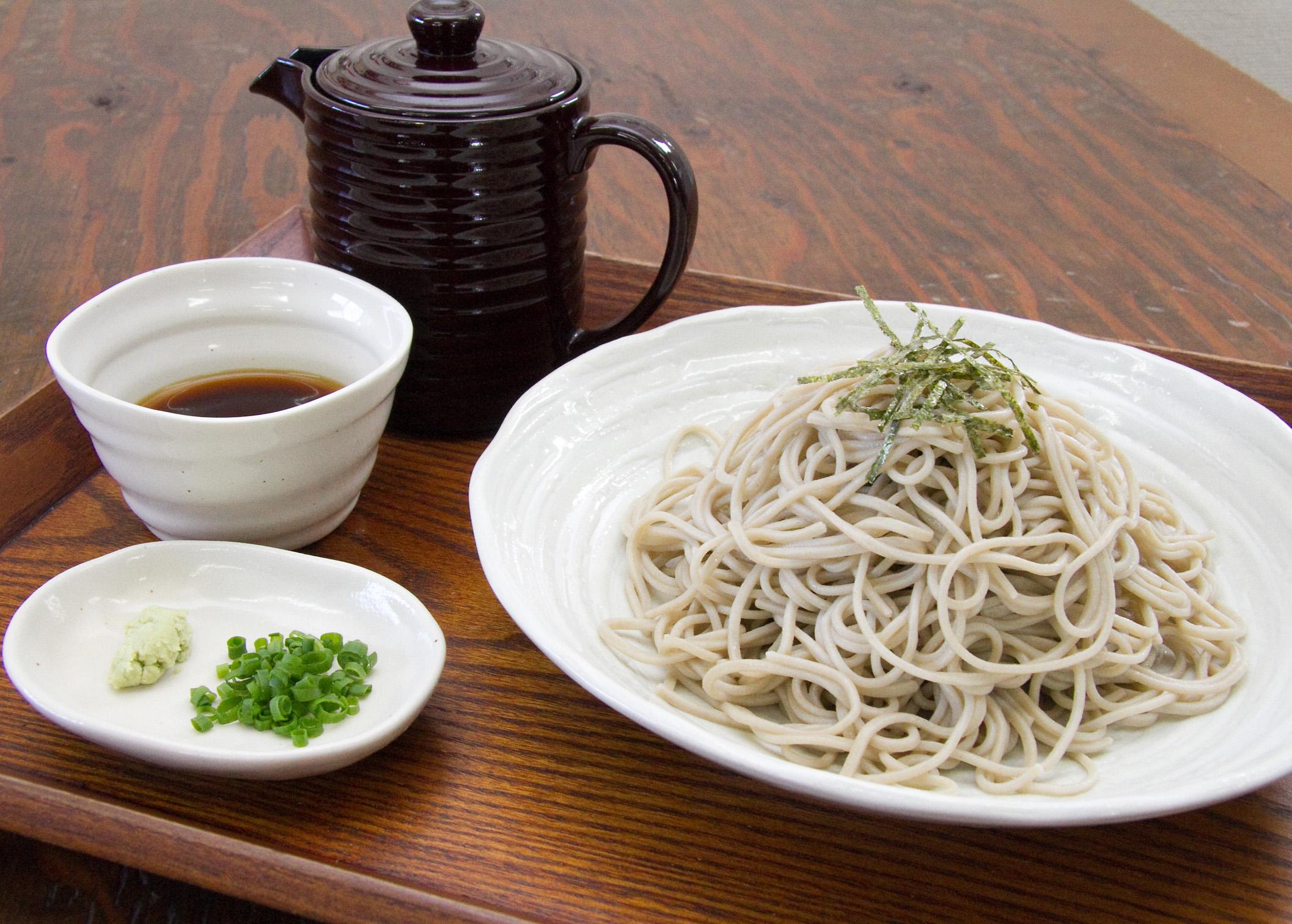 蕎麦の美味しさを混じりけのない状態で味わうことができる十割蕎麦。打ち立ての麺は鮮度・のどごし共に抜群。