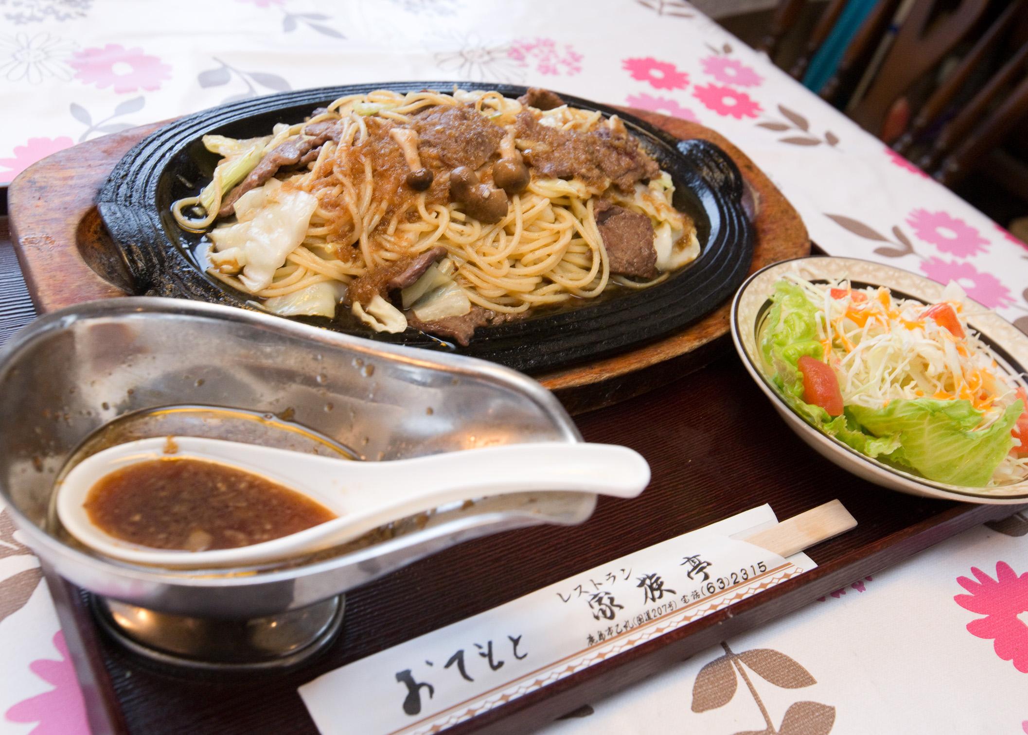 キャベツ、牛肉を炒めスパゲティを炒め我が家特製のジャポネソースをかけます。鉄板であつあつを食べます。