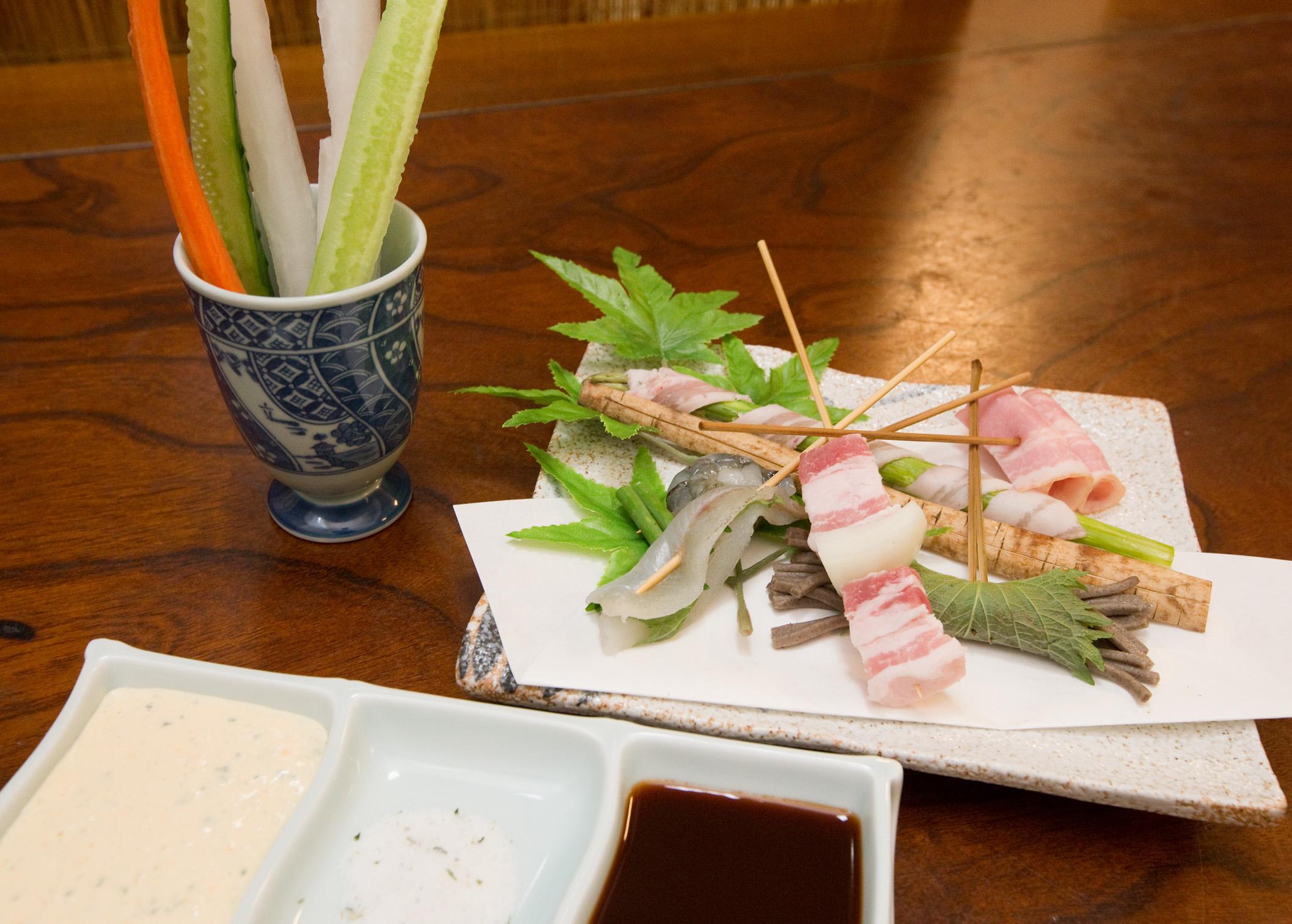 串揚げコースは店主おまかせ食材の為、食すまでのお楽しみ。野菜付