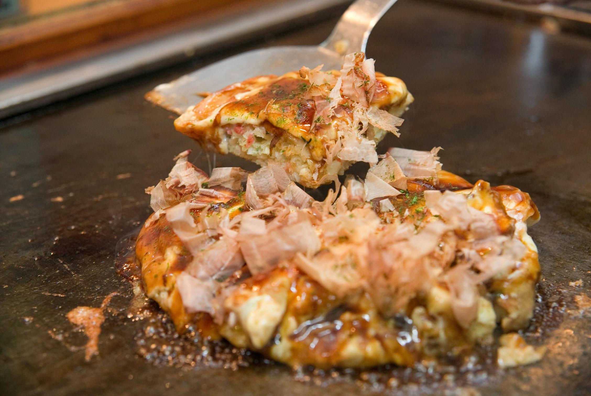 お好み焼きにトロトロチーズをトッピング。女性にも人気の商品。一度食べればわかります!