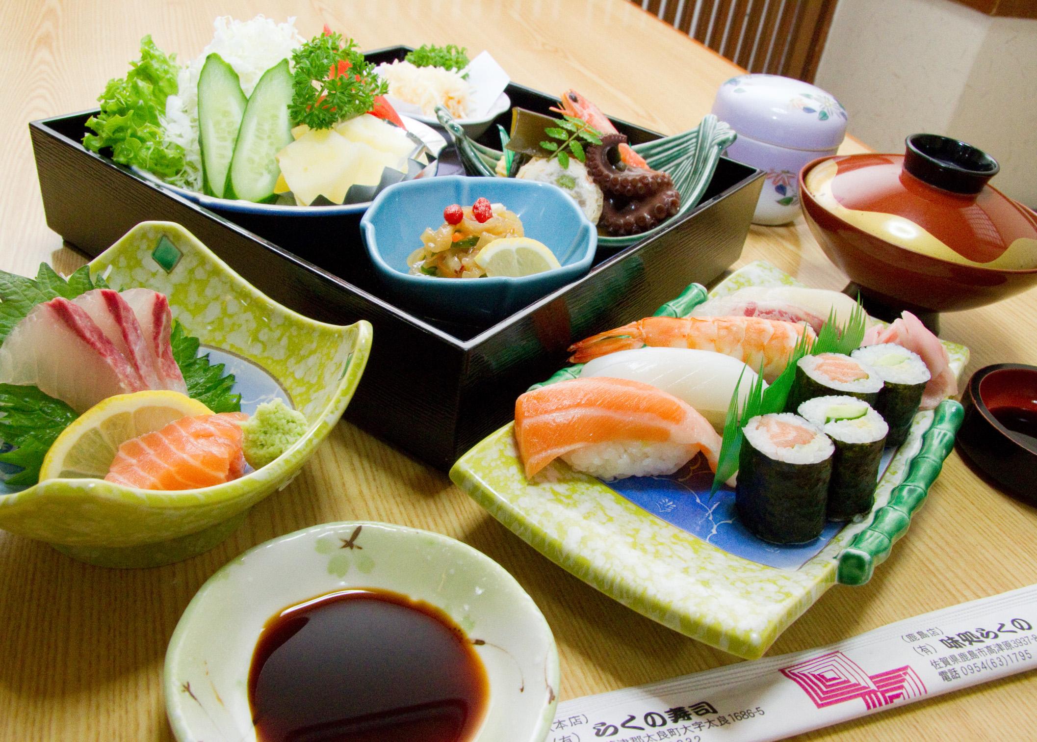 お寿司・刺身・茶碗蒸し・ふきよせ・サラダ・揚げ物・赤出汁・フルーツ。女性に人気の贅沢なランチ。名物のかにしゅうまい付き。有明海や玄海灘で獲れた新鮮な味を堪能ください。