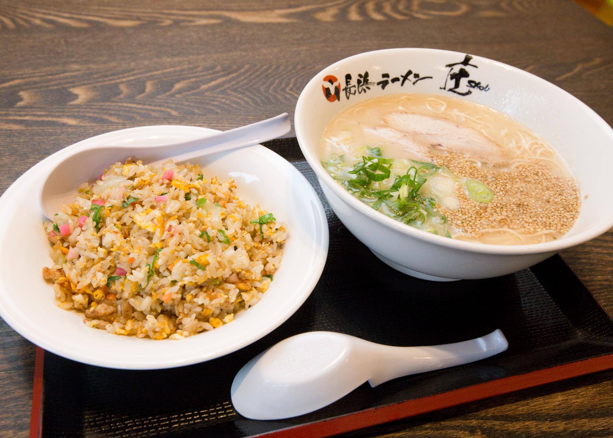 スープはあっさりとした口当たり。麺はコシと甘みのある歯切れのよい食感。ランチ限定でお得なセットメニューもあります。
