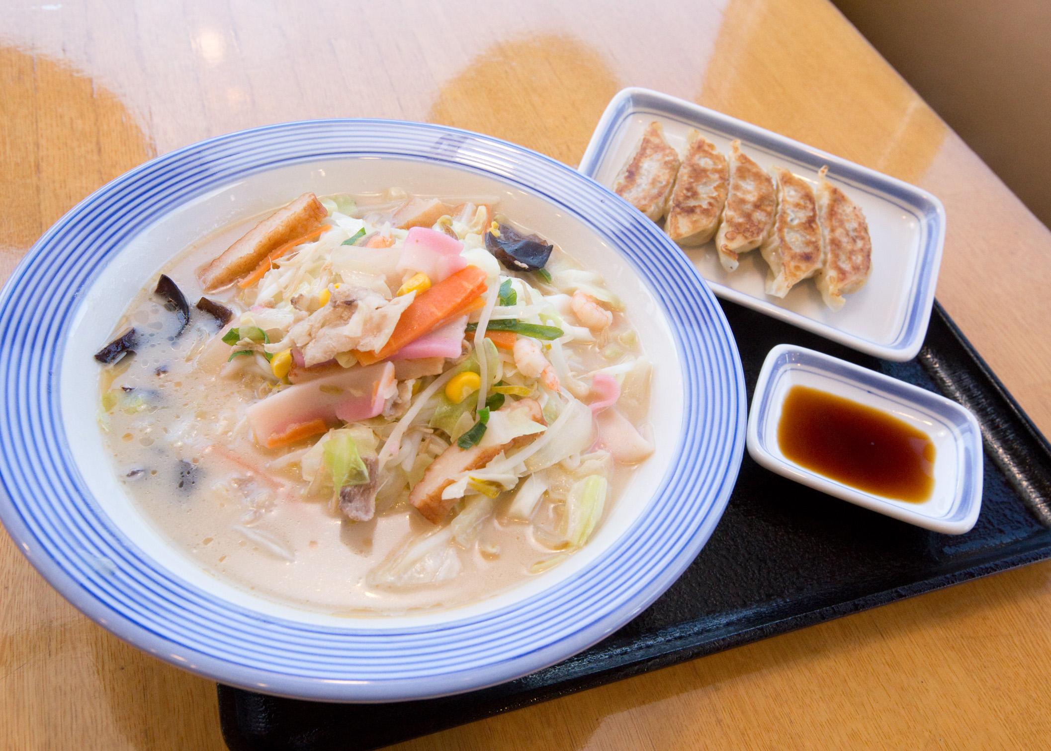リンガーハット人気の長崎ちゃんぽんセット。ちゃんぽんは美味しさそのまま麺の増量が無料で出来ます。餃子は、にんにく不使用なのでニオイを気にしなくても大丈夫です。