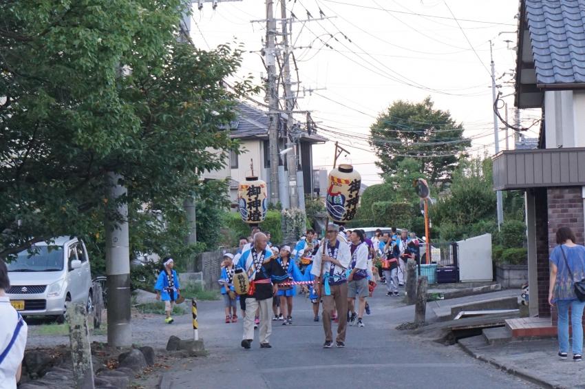 琴路神社を目指して道路を歩く人たち