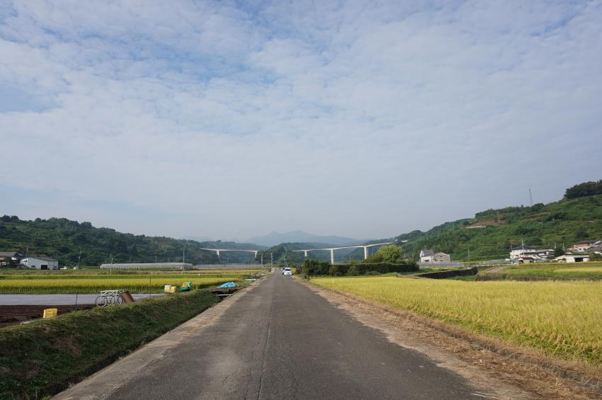 飯田面浮立の道行が行われる農道