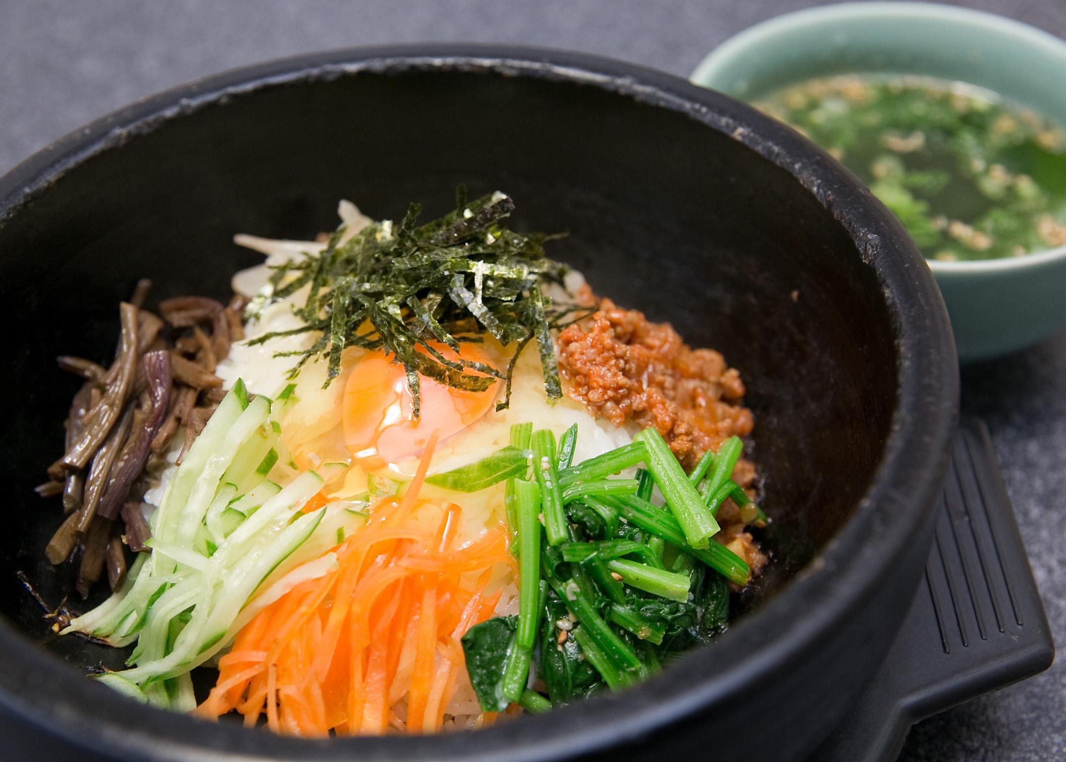 お店の一番人気!本場韓国の石焼きビビンバが堪能できます。熱々の石鍋に、特製肉味噌と自家製コチジャンの芳ばしい香りが食欲をそそります。