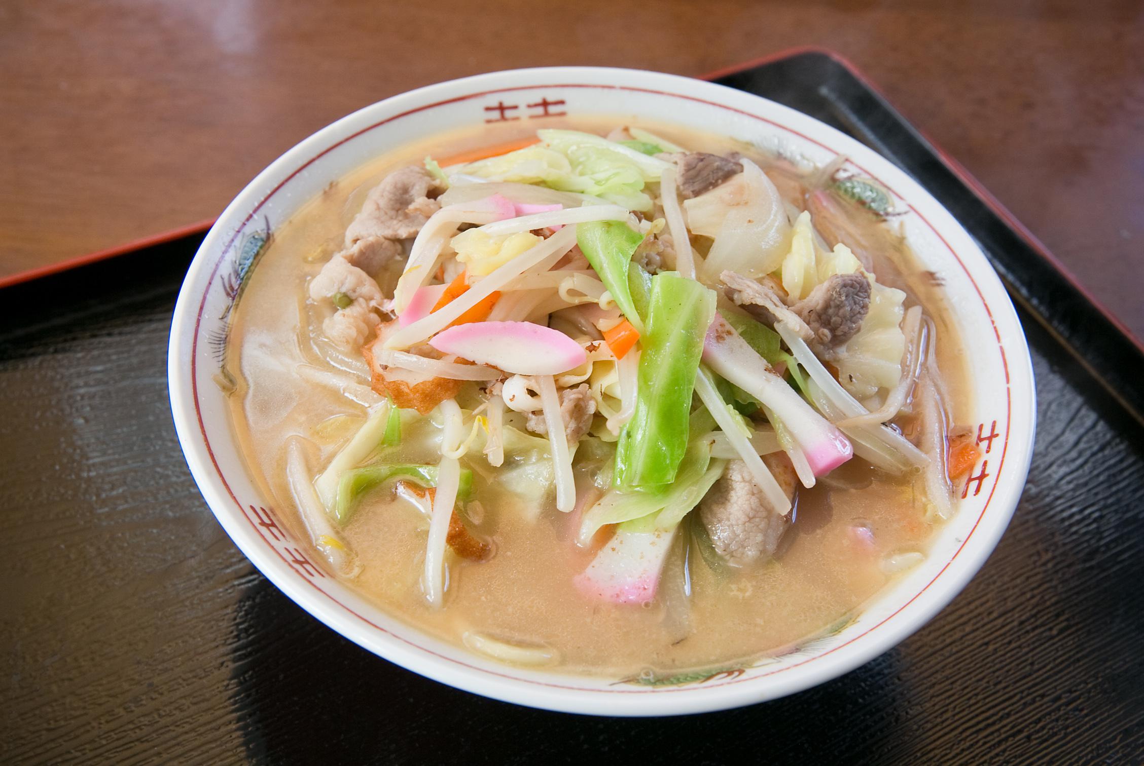 昔ながらのチャンポンの味は人気です。ありた鶏の唐揚げは塩コショウのみでジューシー。