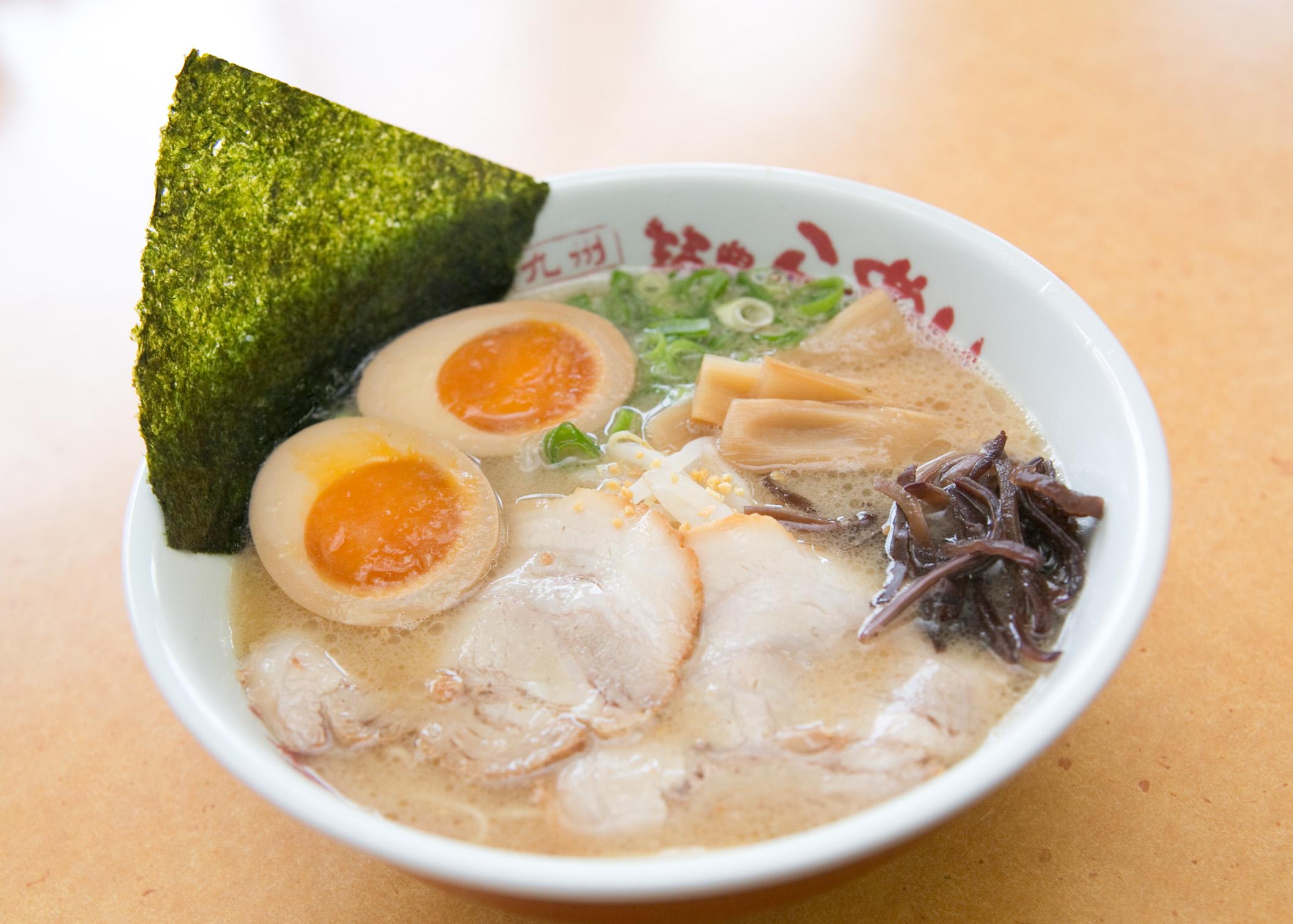 どこか懐かしい昭和時代の復刻版ラーメン。誰にも真似が出来ないこだわりスープ。やわらかく旨味を閉じ込めたチャーシューは、スープに合わせると相乗効果で更に旨みが広がります。