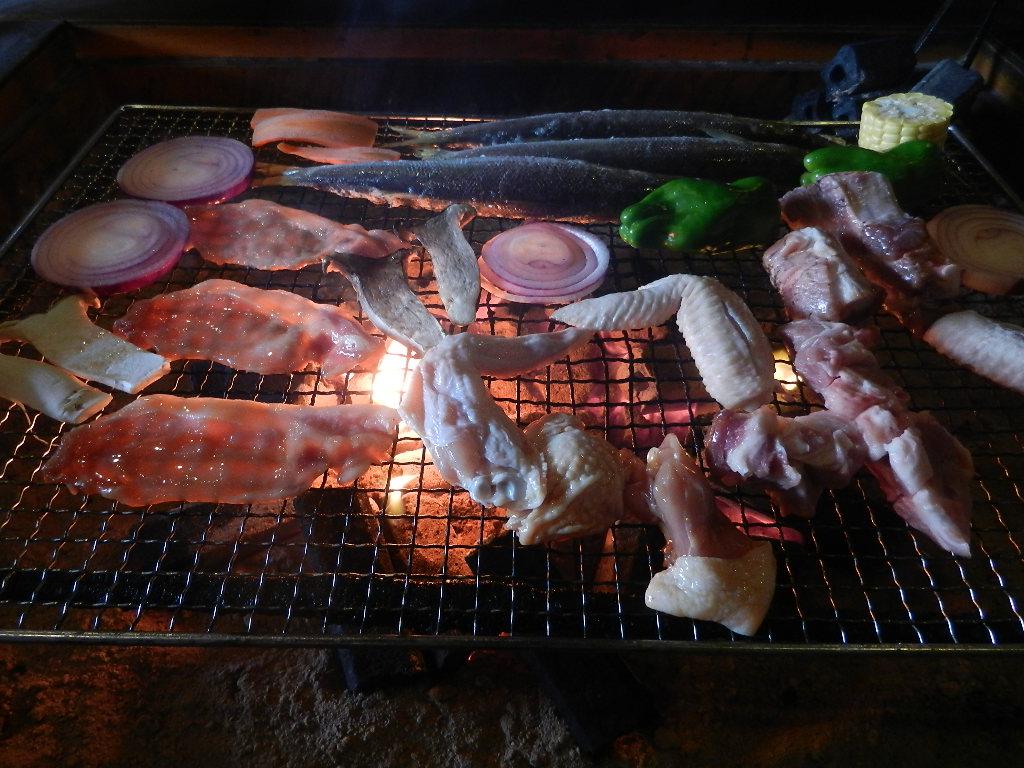 季節の魚貝と野菜と肉を炭火で焼いて、囲炉裏を囲んで食べて下さい。