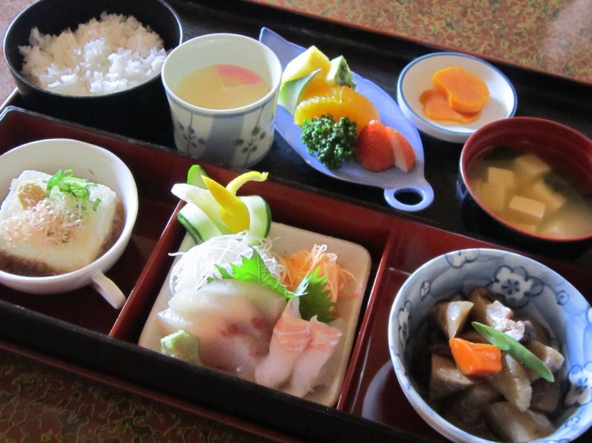 お刺身や茶わん蒸し等人気の和食のご膳が安価で召し上がれます。定食の一番人気です。