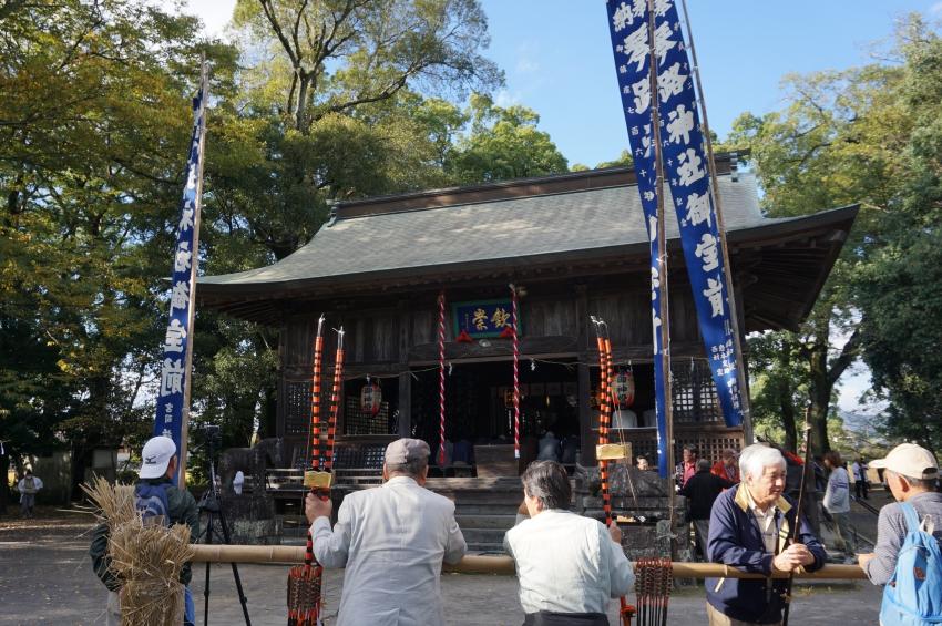 琴路神社でおくだりを待機する人々