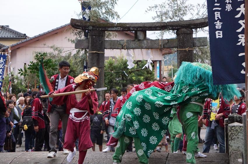 鳥居を入る獅子舞と剣使い