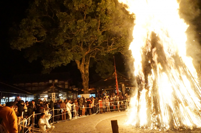 お火たきの火柱を見つめる参拝者