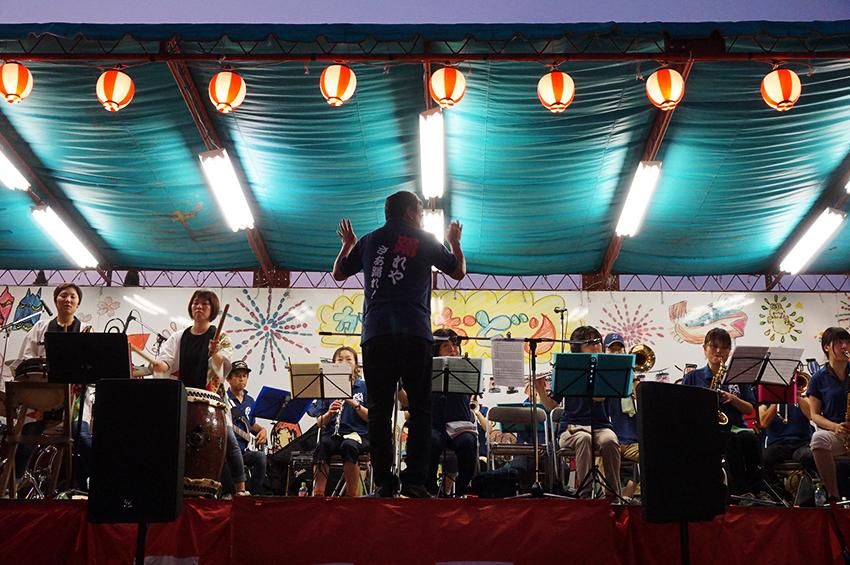 歌手と鹿島ブラスセクションによる踊りの演奏